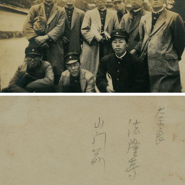 約1924-1927年陳澄波(後排左一)就讀東京美術學校時與同學合影於奈良法隆寺山門前。前排左一為廖繼春。